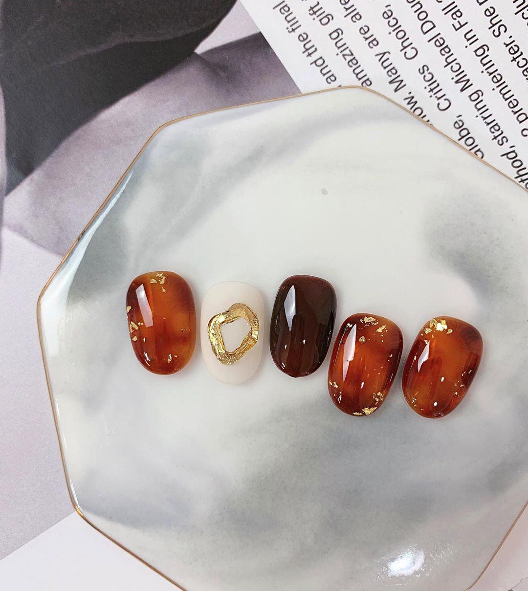 宛如烤焦糖般柔和温暖!15款「琥珀美甲」清单,晕染渐层、金葱点缀,每款都让指尖变得好奢华~插图(13)